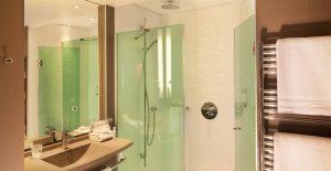 53f6f9efa57f5_Salle-de-bain-avec-rain-shower---Hôtel-Oceania-L'Univers-Tours-4-étoiles